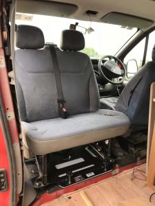 Double swivel seat facing rearward